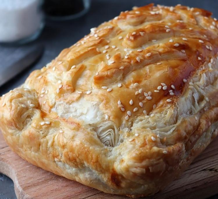 Бесподобный пирог из бездрожжевого слоеного теста с капустой
