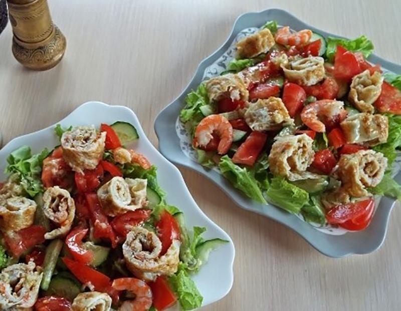 Изумительно вкусный салат с креветочным омлетом