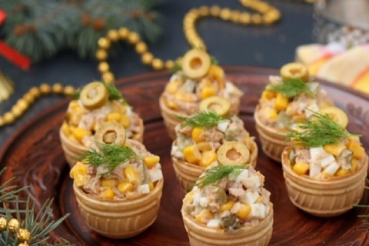 Вкуснейшая закуска: салат с тунцом в тарталетках