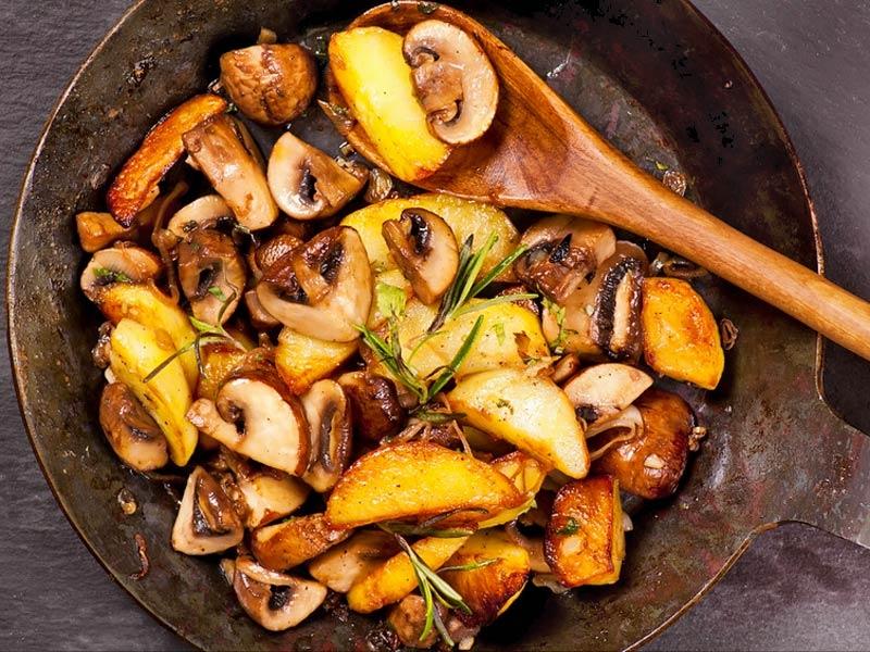 Аппетитное постное блюдо-картофель, жареный с грибами