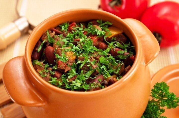 Аппетитное блюдо к обеду: говядина с грибами и фасолью в горшочках