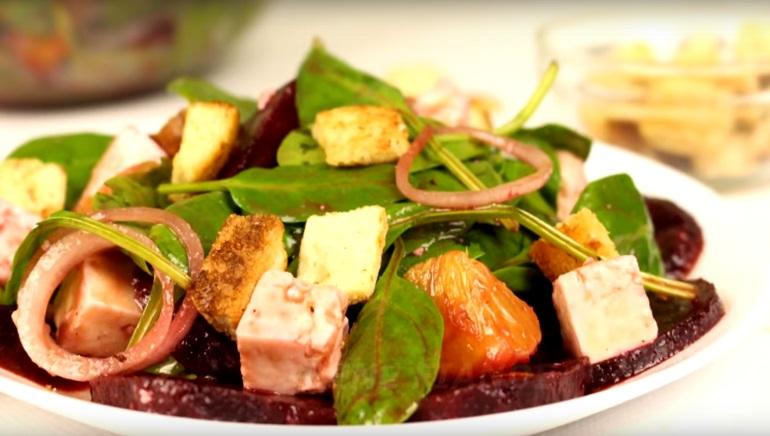 Лёгкий и полезный салат со свеклой: интересный рецепт
