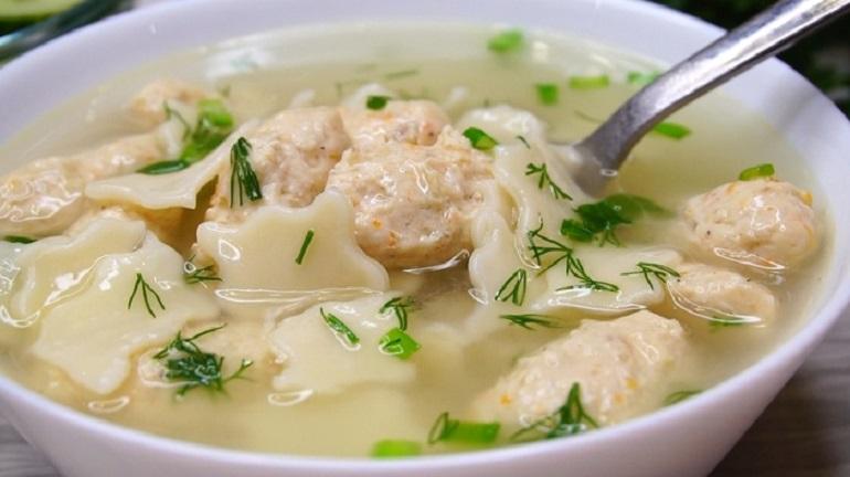 Наваристый суп с мясными клецками: вкусное первое блюдо