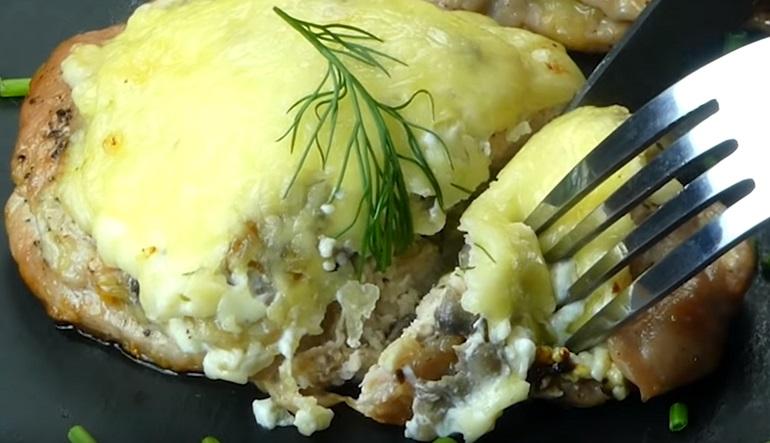 Отбивные с грибами и сыром: нежное мясо, которое тает во рту