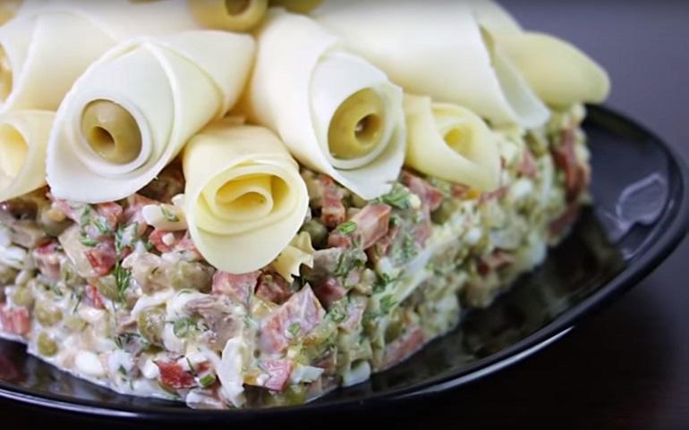 Простой салат в шикарном оформлении: шедевр для вашего стола