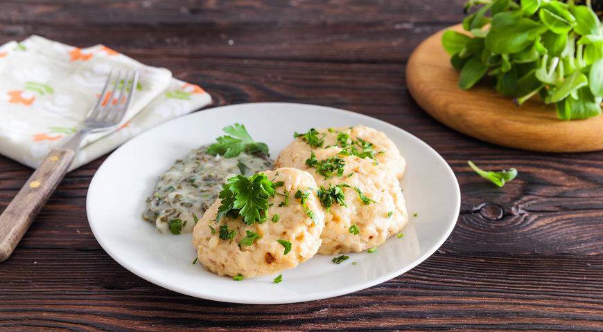 Печеные куриные котлетки под белым соусом: вкусное блюдо к ужину