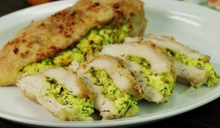 Тающее во рту куриное филе с творогом и зеленью: вкусно и сытно