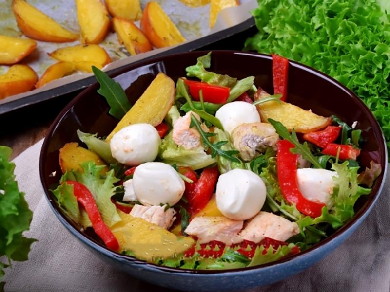 Аппетитный картофельный салат с печеным перцем