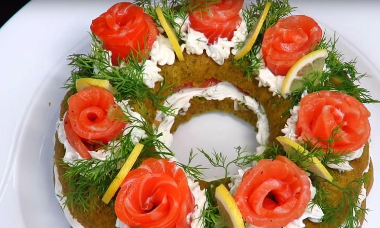 Закусочный пирог с красной рыбой «Рождественский венок»: для светлого праздника