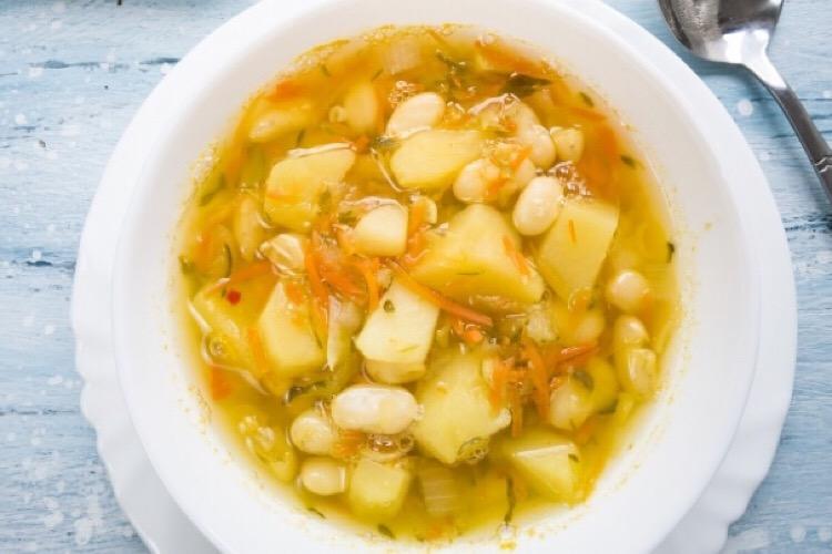 Аппетитный рассольник с фасолью и солеными огурцами