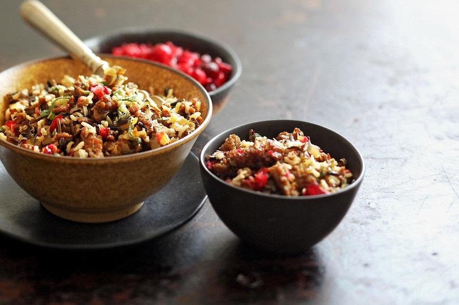 Коричневый рис с ягодами и медом