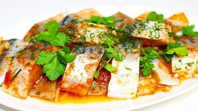 Великолепная скумбрия в томате: любителям рыбных блюд посвящается