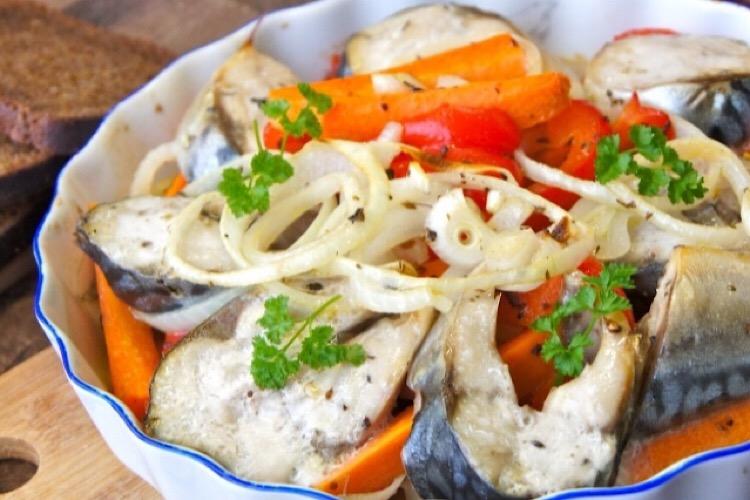 Бесподобная скумбрия с овощами в духовке