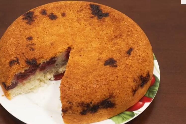 Готовим в мультиварке: бесподобный пирог с вишней
