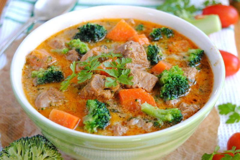 Тушеная говядина с брокколи и морковью