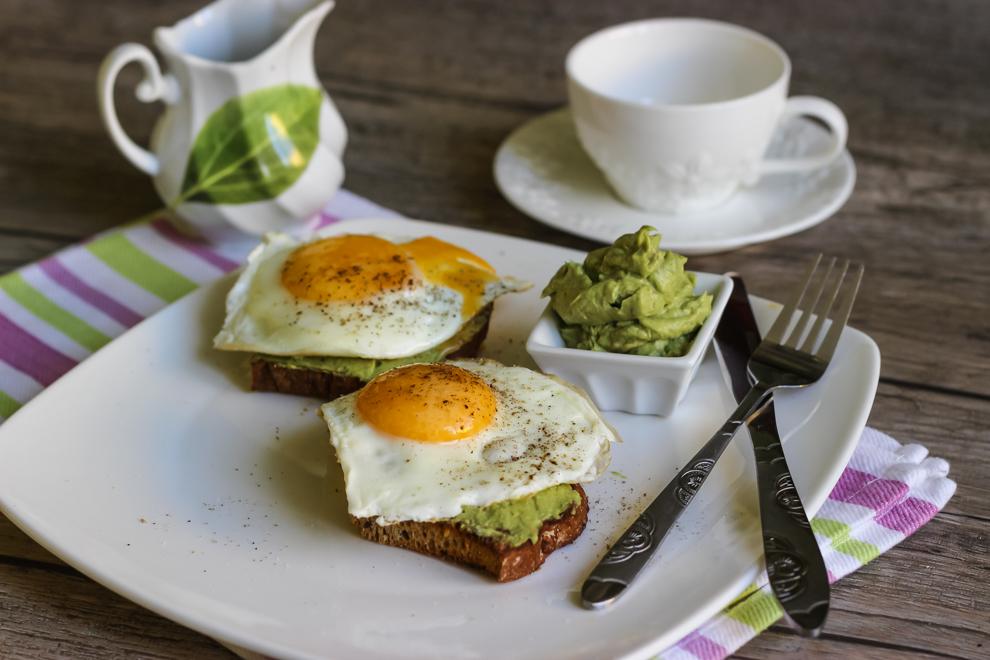 Вкусный и полезный завтрак: бутерброды с авокадо и яйцом