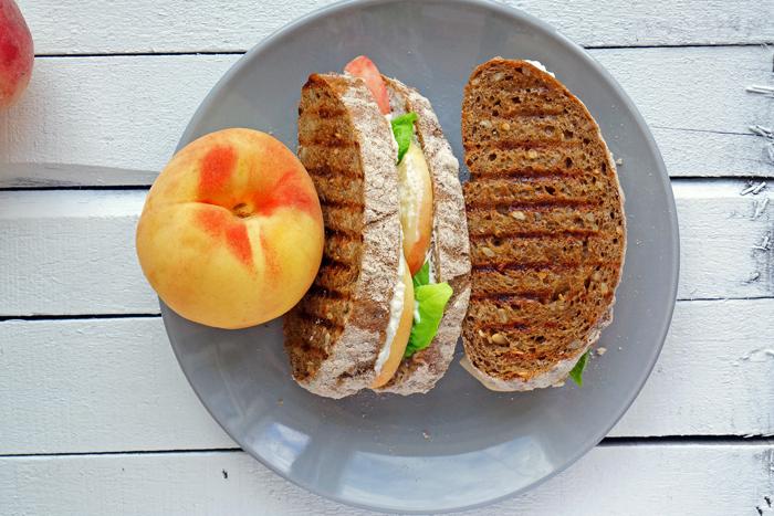 Сендвич с персиками и рикоттой на гриле