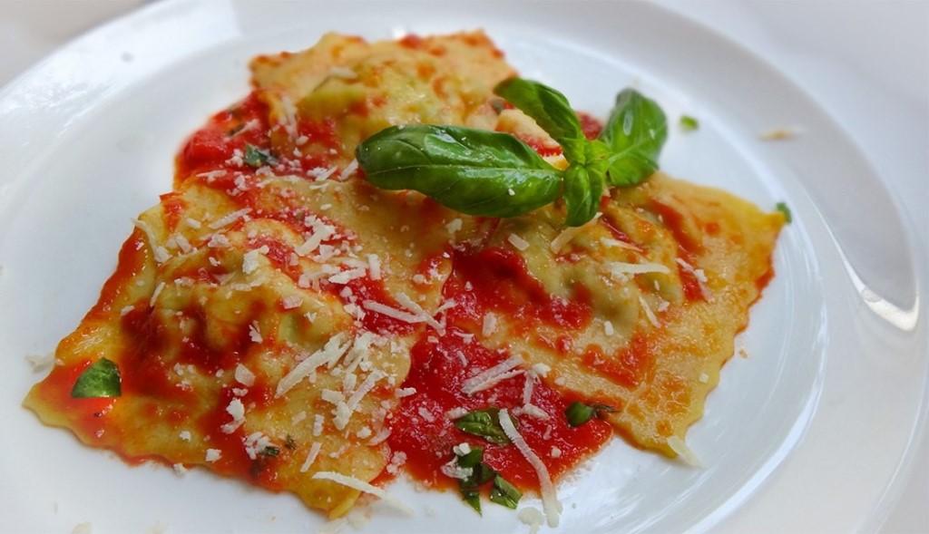 Равиолли с тыквой и горошком в томатном соусе: вкусно и просто