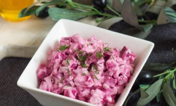 Аппетитный простой греческий салат со свеклой