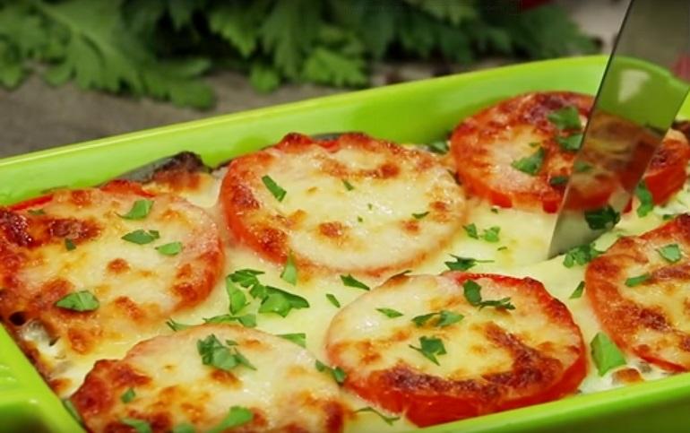 Картошечка с помидорами под сырной шубкой: любимое блюдо