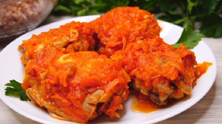 Вкуснейшая легкая курочка, тушенная в моркови: полезный обед или ужин