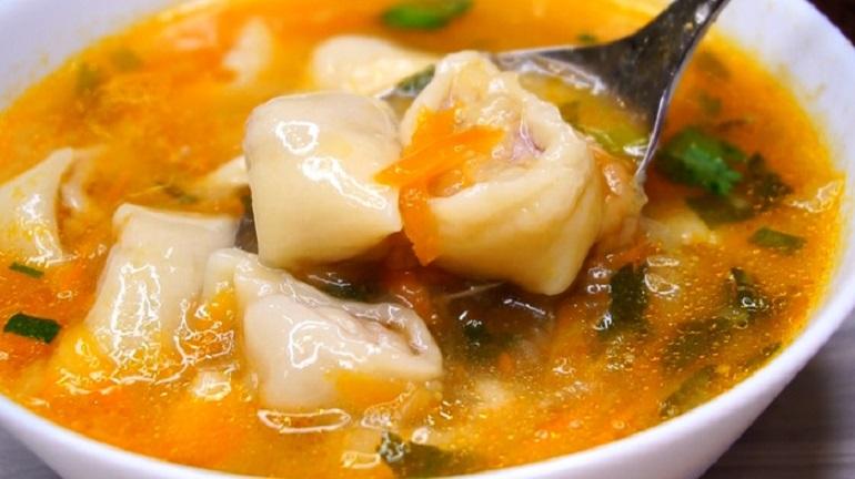 Невероятно вкусный суп с мясными рулетиками: невозможно пройти мимо