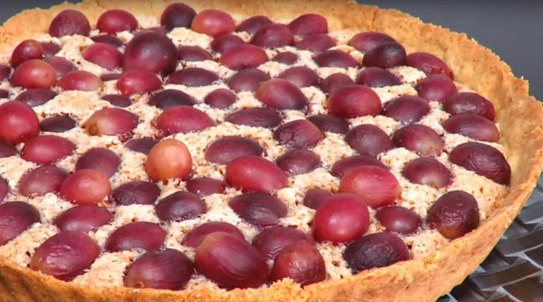 Песочный ореховый пирог с виноградом: много начинки и мало теста
