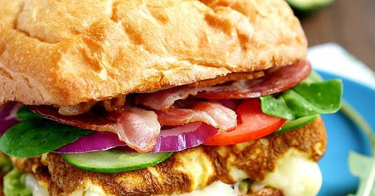 Сендвич с омлетом-вкусное блюдо для перекуса