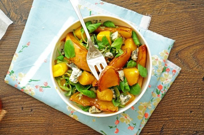 Оригинальный салат с персиками гриль и голубым сыром