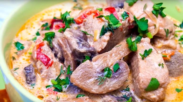 Свинина с овощами: под съедобной крышкой из слоеного теста