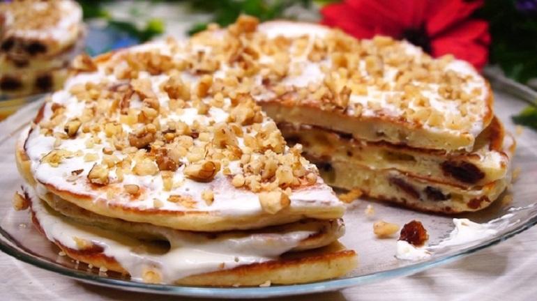 Тортик из оладий со сметаной и орехами: вкусный завтрак за 15 минут