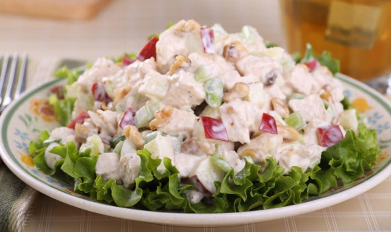 Легкий салат с куриной грудкой и яблочком