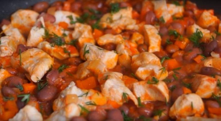 Вкуснейший ужин за 30 минут: курица с фасолью и овощами