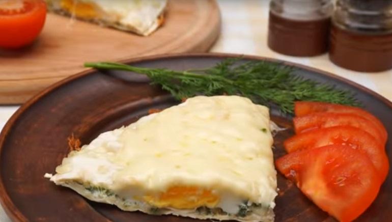 Вкусный завтрак за 10 минут: яичница с сыром на лаваше