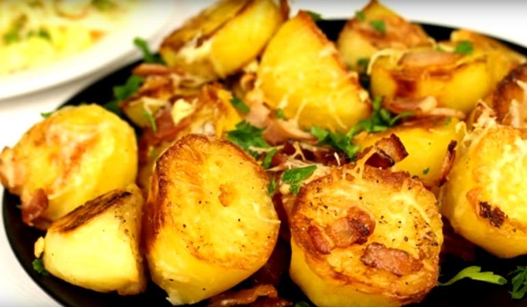 Запечённый картофель с сыром и беконом: от этого невозможно оторваться
