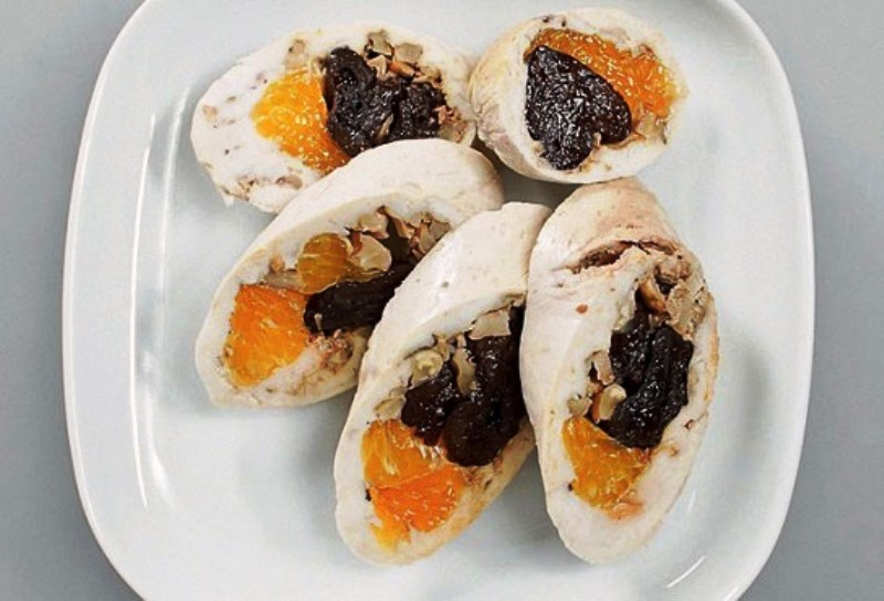 Куриный рулет с черносливом и мандаринами
