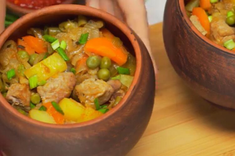 Потрясающе аппетитное жаркое из свинины в горшочках
