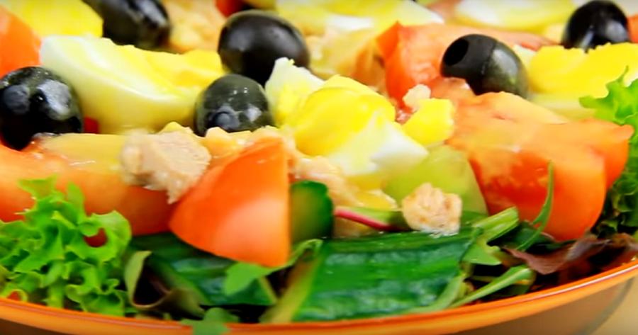 Может заменить полноценный ужин! Быстрый салат с тунцом