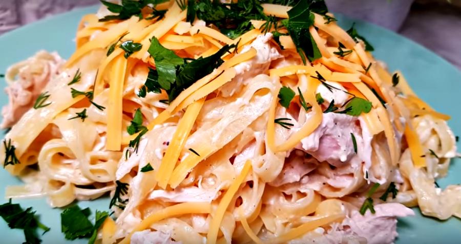 Отличное блюдо к ужину: лапша в сливочном соусе с курицей