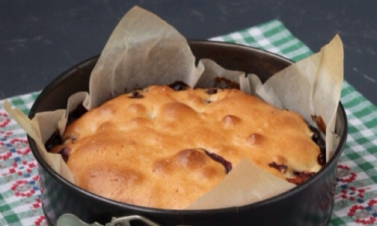 Вкусный постный пирог с вишней на минеральной воде