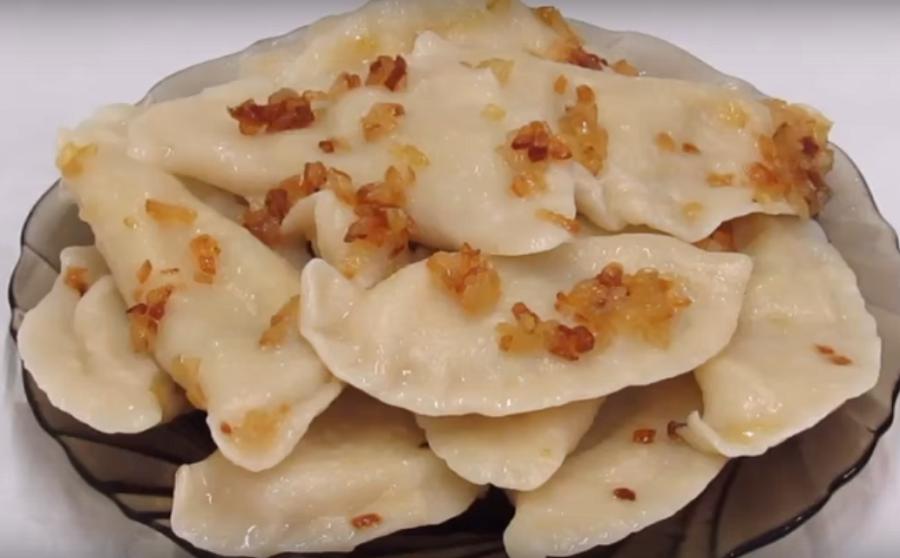 Постные вареники с картофелем и солеными огурцами