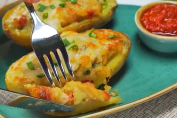 Мега вкусный запечённый картофель, фаршированный куриной грудкой