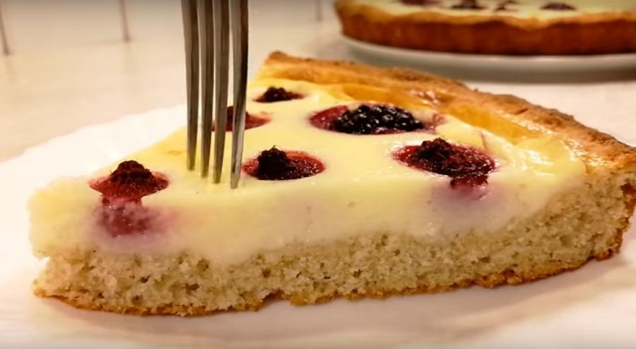 Пирог с запеченным заварным кремом и ягодами