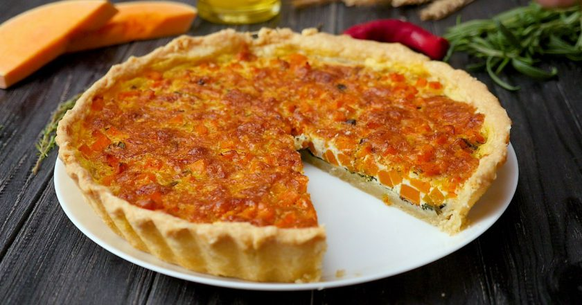 Яркий и аппетитный открытый пирог с тыквой