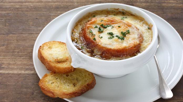 Французский луковый суп: интересное первое блюдо