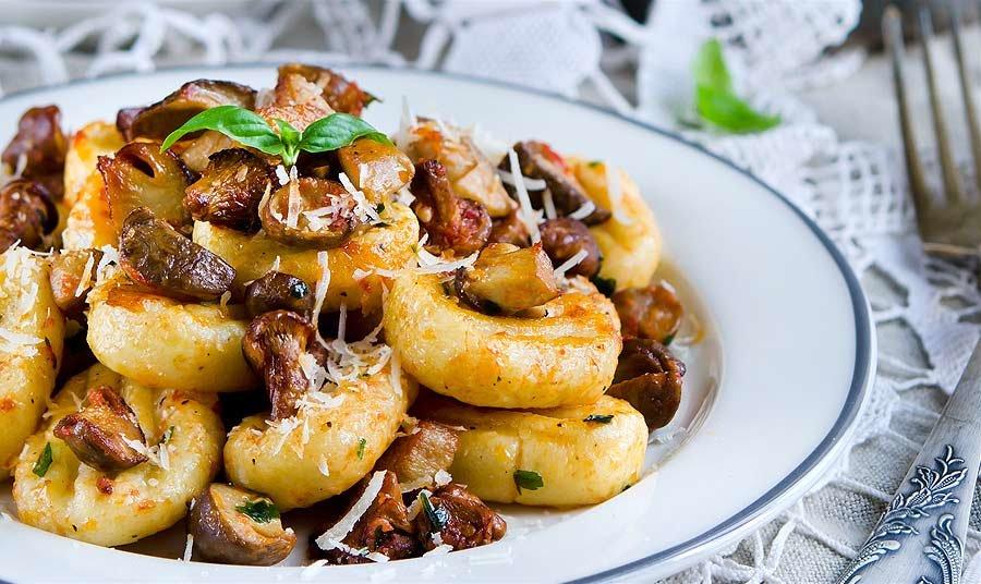 Постное блюдо: картофельные клецки с грибами