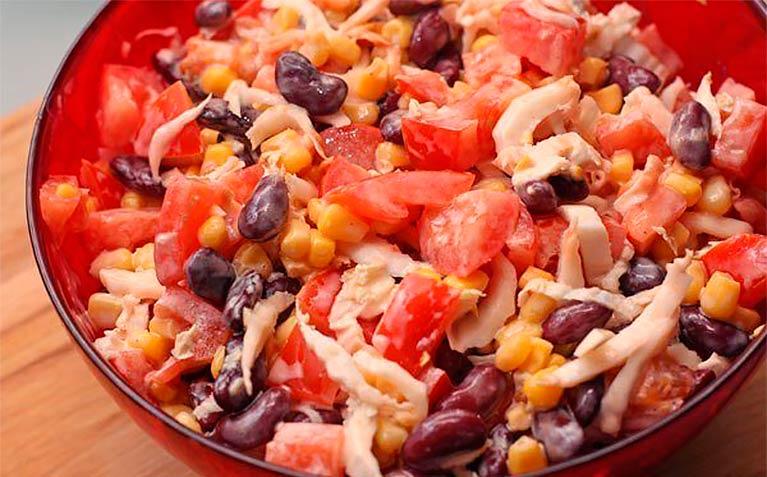 Лучшее блюдо к ужину: салат с курицей, фасолью и овощами