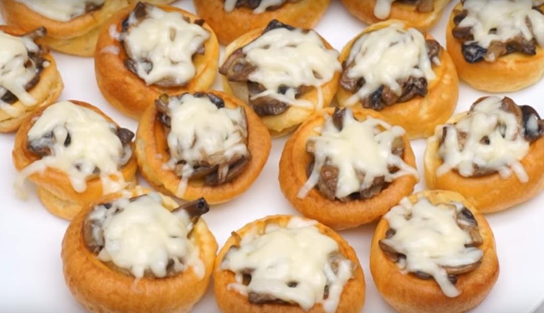 Йоркширские пудинги с грибами - супер закуска на праздничный стол