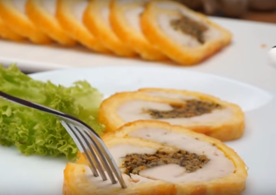 Мясной рулет с сыром и грибами: готовим на праздничный стол