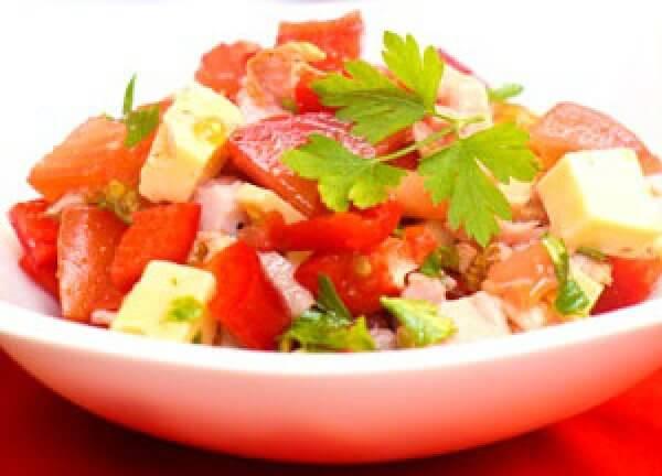 Легкий и быстрый салат с овощами и курицей